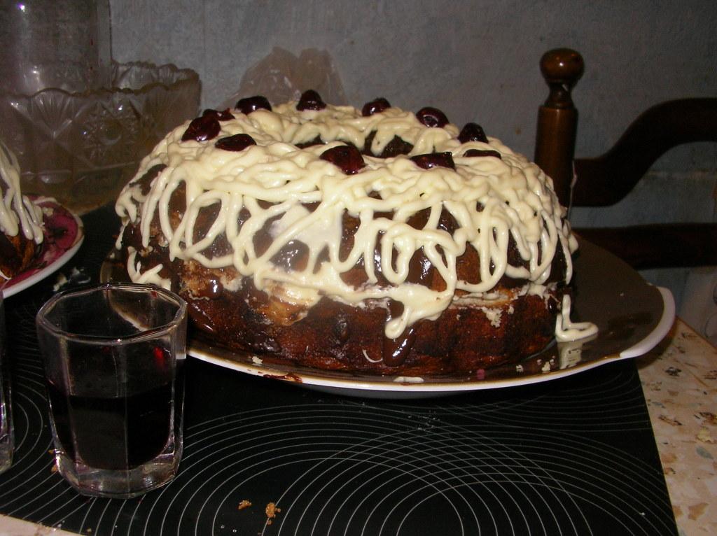 Украшенный торт пьяная вишня